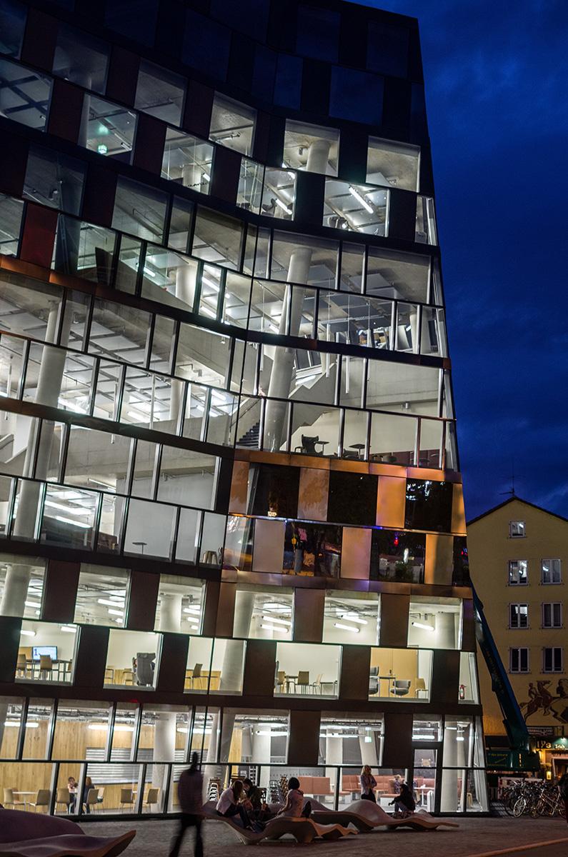 Neue-UB-Freiburg-bei-Nacht